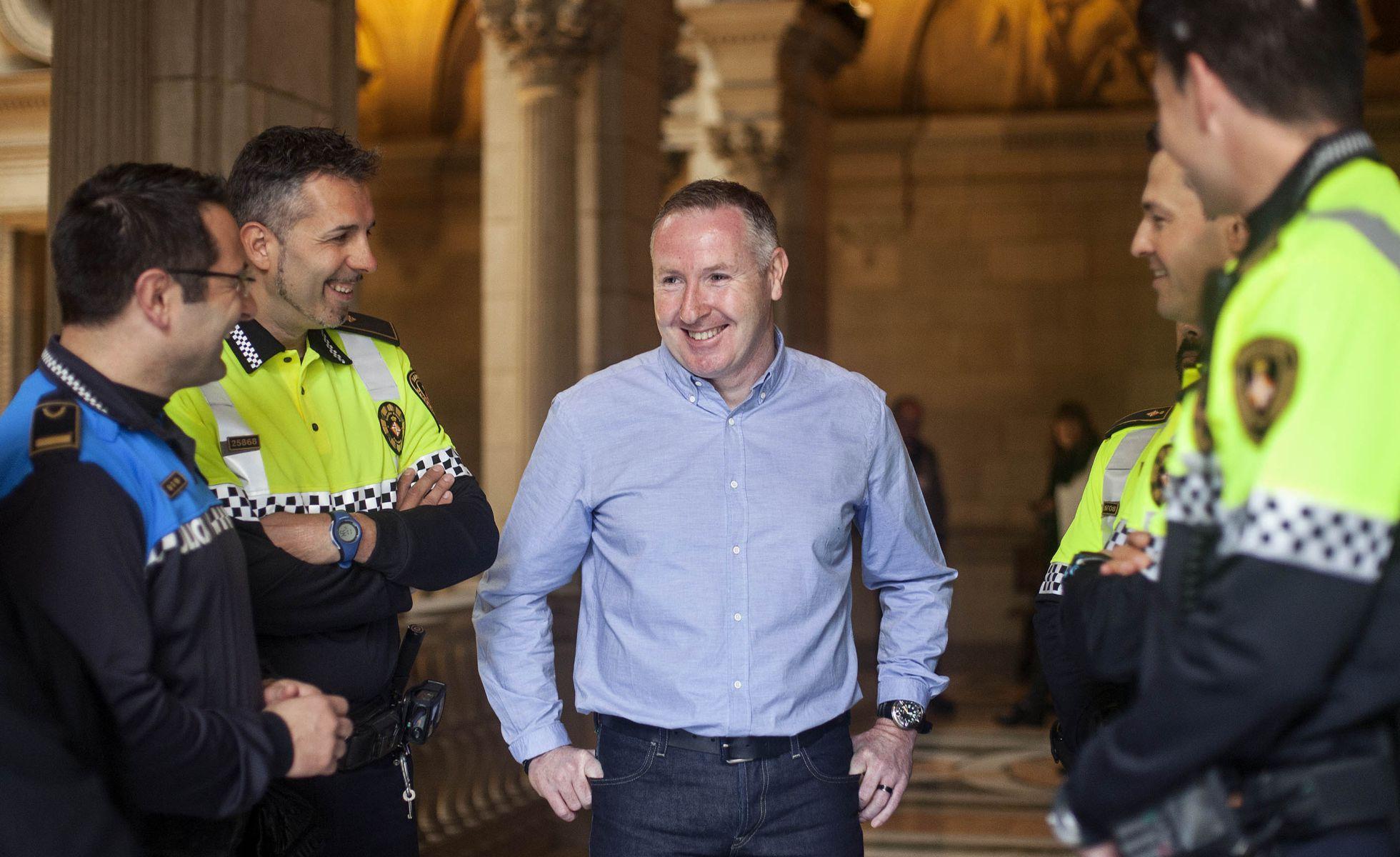 Garry O'Brien, junto a los urbanos que les salvaron la vida. Foto: El País. Robert Bonet