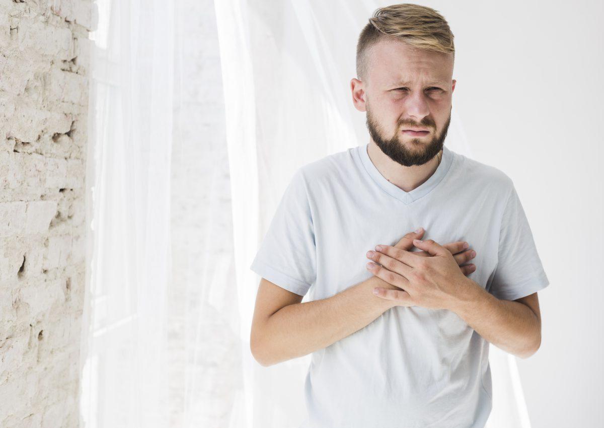 hombre sufriendo paro cardíaco